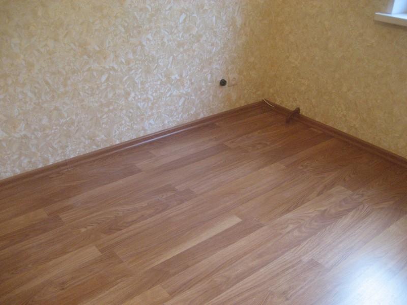 -ламината-в-комнате-на-полу