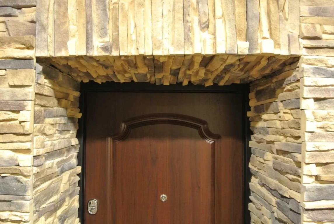 -откосов-входной-двери-камнем-1