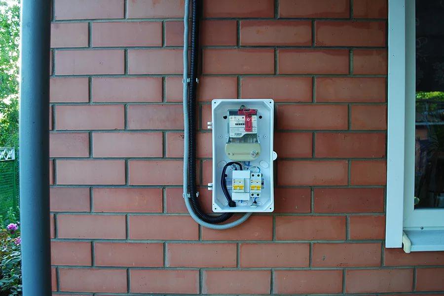 -электросчетчика-в-частном-доме-на-улице